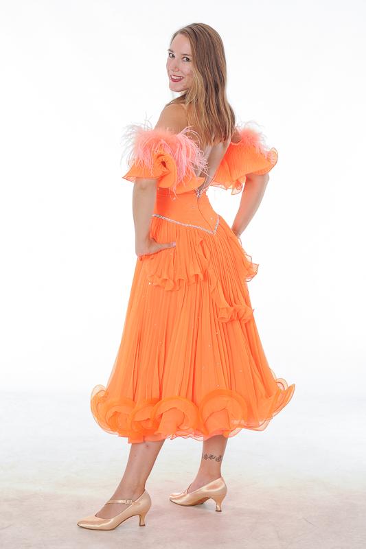 orangefarbenes Standardkleid mit Plissee, Federn und AB Strass; Grösse 34-36